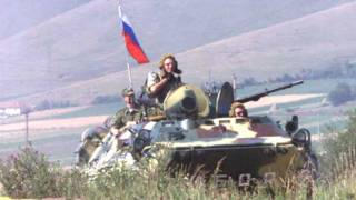 Российские десантники патрулируют периметр аэропорта Слатина (28 июня 1999 г.)