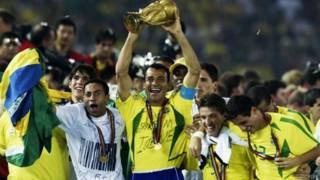 Cafu levantando a taça do mundo em 2002 (FIFA)