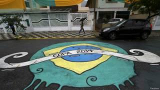 Pintura da Copa em rua de Santos (SP)