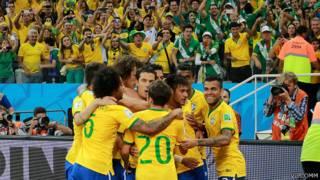 Comemoração dos jogadores do Brasil após gol frente à Croácia