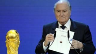 رئيس الفيفا سيب بلاتر لحظة الاعلان عن فوز قطر بالاستضافة