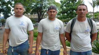 Da esquerda à direita, os operários Rafael Rocha Gomes, José Edval da Silva e Evaldo Barbosa Araújo (BBC Brasil)
