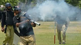 लाहौर में पाकिस्तानी पुलिस और इस्लामिक विद्वान ताहिरुल कादिरी के समर्थकों को बीच संघर्ष