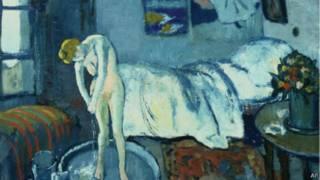 لوحة الغرفة الزرقاء لبيكاسو تظهر امرأة تستحم في مرسمه