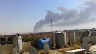 इराक की सबसे बड़ी तेल रिफायनरी से उठता धुंआ
