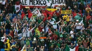 Hinchas mexicanos durante el partido contra Camerún. Foto Getty Images.