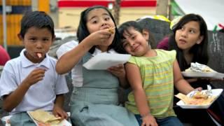 Niños comen tacos en Plaza Garibaldi de Ciudad de México. Foto: AFP/Getty