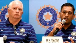 भारतीय क्रिकेट टी के कप्तान, महेंद्र सिंह धोनी और कोच डंकन फ्लेचर