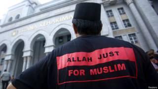 मलेशिया, अदालत के बाहर एक मुस्लिम व्यक्ति