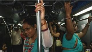 कोलकाता मेट्रो में यात्री