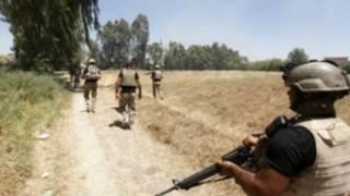 نیروهای عراقی در حال گشتزنی در روستای ابراهیم بن علی در غرب بغداد