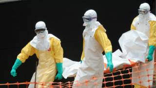 """""""Médicos sem Fronteiras"""" carrega corpo de vítima do vírus Ebola em Guekedou (AFP)"""