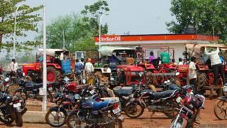 छत्तीसगढ़ में पेट्रोल-डीज़ल की किल्लत, पेट्रोल पंप लोगों की भीड़