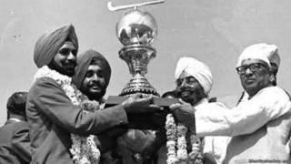 अजितपाल सिंह विश्वकप चैम्पियन की ट्रॉफ़ी के साथ