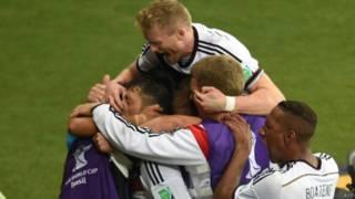 जर्मनी के खिलाड़ी जश्न मनाते हुए