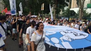 参加多个泛民团体发起的七一游行人潮聚集香港维园(BBC中文网照片)