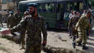 مقتل وإصابة 21 في تفجير انتحاري لحافلة عسكرية بأفغانستان