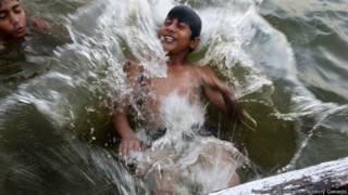 Niño bañándose en el Ganges, Varanasi, India