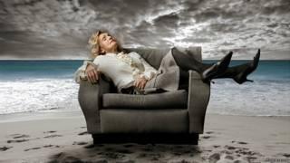 Спящая женщина на фоне сюрреалистического пейзажа