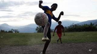 Menores juegan con un balón