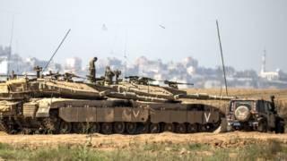 गज़ा पट्टी से लगी इसराइली सीमा पर इसराइली टैंक