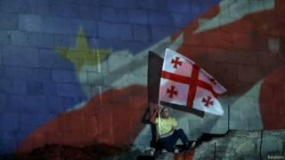 Мужчина с флагом Грузии