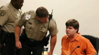 الأب في المحكمة وبجانبه شرطيين
