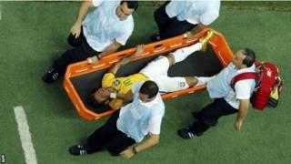 Neymar sai de campo após pancada (Getty)