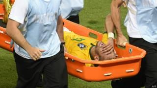 Neymar sai de campo após entrada violenta de zagueiro colombiano | Crédito: AFP