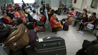 इरबिल में घर लौटने का इंतज़ार करतीं नर्सें