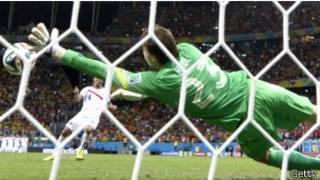 Голландский вратарь Тим Крул во время четвертьфинального матча ЧМ-2014 по футболу между сборными Нидерландов и Коста-Рики 5 июля 2014 г.