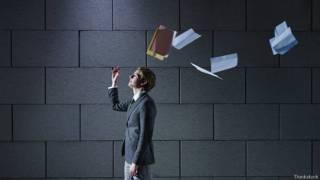 Уволившийся бросает в воздух деловые бумаги