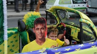 Neymar de cartón en un auto