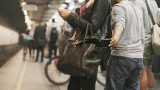 Карманник орудует на станции метро
