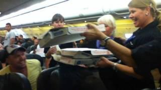 Piloto pede pizza para distribuir entre passageiros após atraso em voo | Crédito: AP