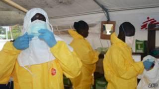 Médicos luchando contra el ébola