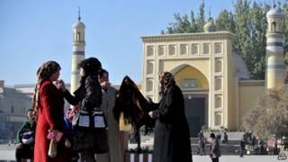 طالبات مسلمات أمام الجامعة