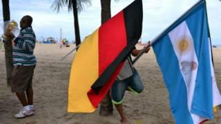 Bandeiras de Alemanha e Argentina, finalistas da Copa