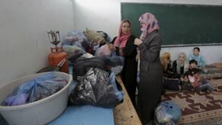 Palestinos se refugian en una escuela de la ONU en Gaza
