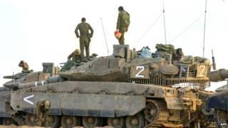ग़ज़ा पट्टी के निकट तैनात इसराइली टैंक