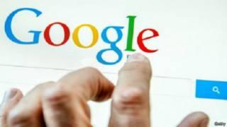 اصبع شخص ينقر شاشة مكتوب عليها غوغل