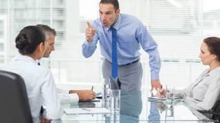 Разгневанный босс отчитывает сотрудницу