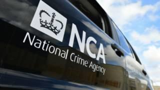 Carro com logotipo da agência britânica de combate a crimes graves (PA)