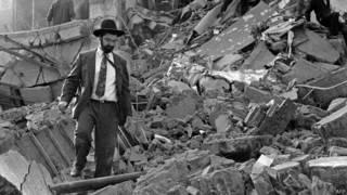 Hombre camina entre escombros del edificio de la AMIA