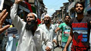 श्रीनगर में इजराइल के खिलाफ प्रदर्शन करते जेकेएलएफ के कार्यकर्ता