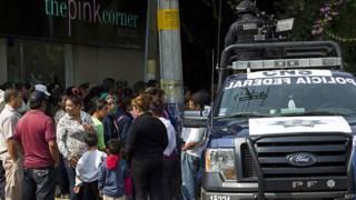 Policía custodia afueras del albergue Gran Familia en Michoacán, México