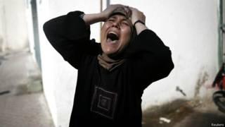 Mulher se desespera após ataque em Gaza (Reuters)