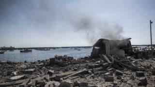 развалины на пляже в Газе