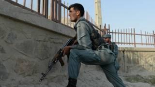 Афганские полицейские на месте боя с боевиками в аэропорту Кабула