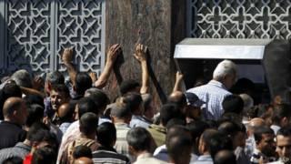 Palestinos sacan dinero de cajeros automáticos